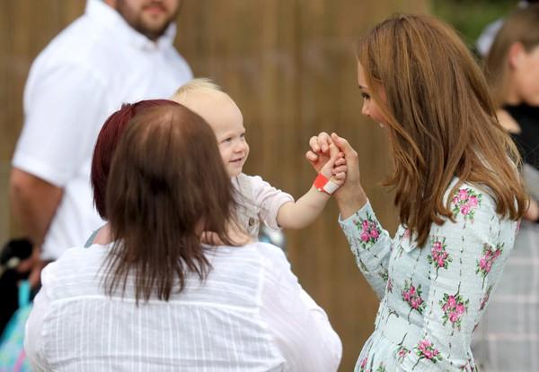 Nụ cười nhân hậu, hành động thân thiện thoải mái vui đùa của Công nương Kate khiến fan vừa yêu vừa thương - Ảnh 5.