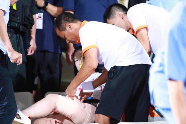 Nữ nhà báo bị thương vì pháo sáng trên sân Hàng Đẫy: Phẫu thuật rồi vẫn phải ghép vùng da đùi bị mất - Ảnh 2.