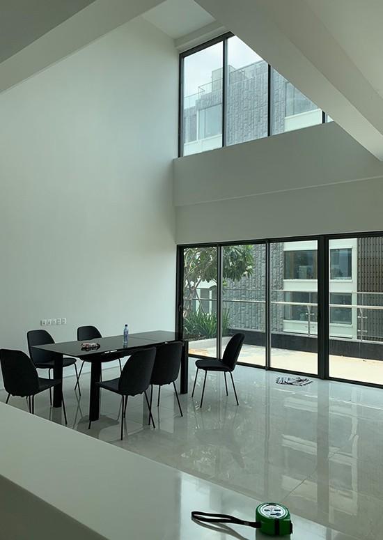 Căn hộ thông tầng nhìn ra khu vườn 20 m2 của chủ nhà cá tính ở quận 2, TPHCM - Ảnh 2.