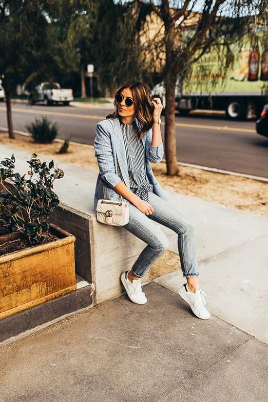 Phối áo blazer cùng quần jeans - Ảnh 1.