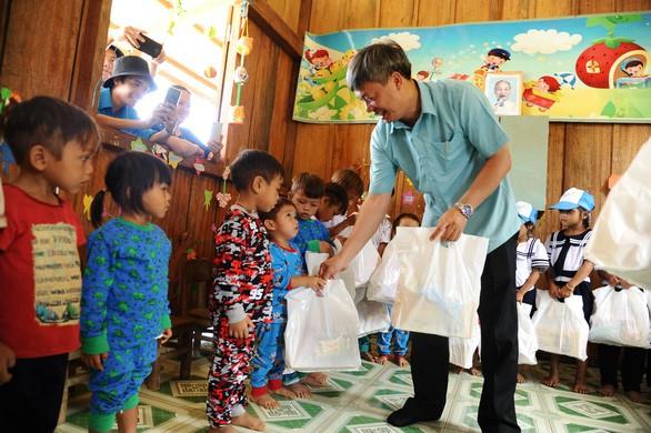 Chủ tịch Nam Trà My đi bộ nhiều giờ đến thăm, tặng quà, giấy khen cho cô trò Tắk Pổ - Ảnh 3.