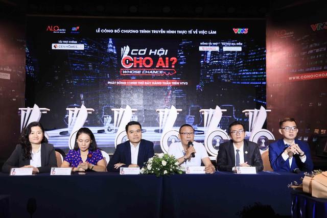 """Nhà báo Lại Văn Sâm làm host chương trình """"Cơ hội cho ai - Whose Chance"""" - Ảnh 1."""