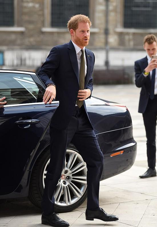 Hoàng tử Harry học vợ tự đóng cửa xe - Ảnh 1.
