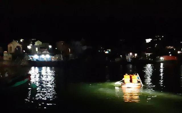 Lật đò, 7 người rơi xuống sông Lạch Bạng - Ảnh 1.