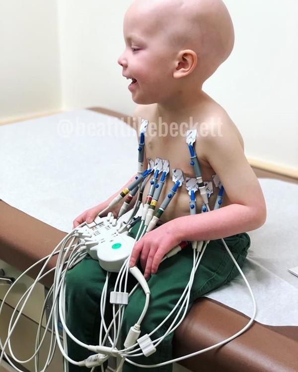 Hình ảnh bé gái 5 tuổi chăm sóc em trai bị ung thư máu lấy đi nước mắt triệu người - Ảnh 1.