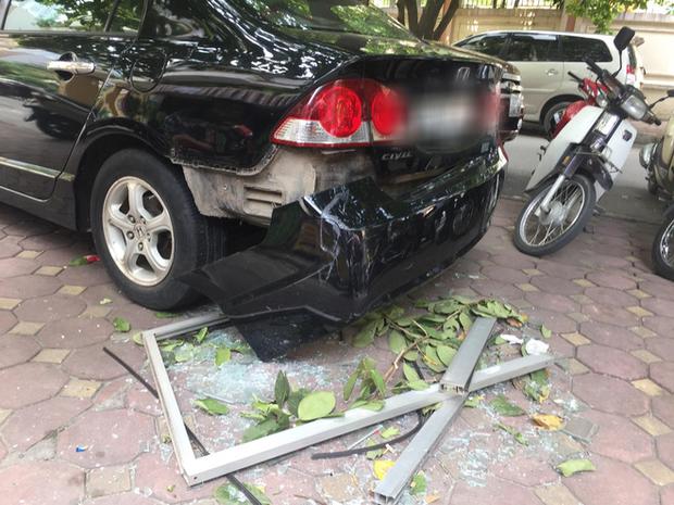 Hà Nội: Cửa kính chung cư bất ngờ rơi xuống đất làm hỏng xe ô tô, nhiều người ngồi trà đá may mắn thoát nạn - Ảnh 1.