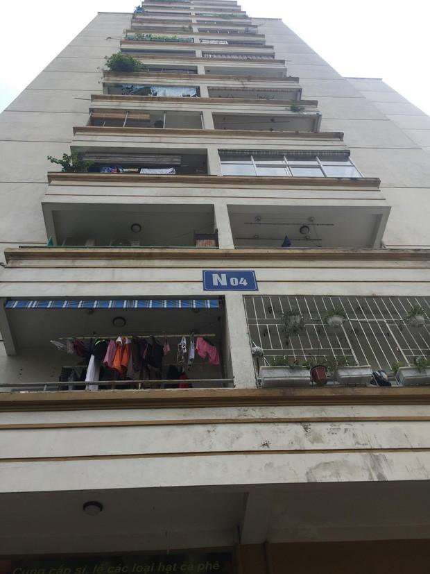 Hà Nội: Cửa kính chung cư bất ngờ rơi xuống đất làm hỏng xe ô tô, nhiều người ngồi trà đá may mắn thoát nạn - Ảnh 2.