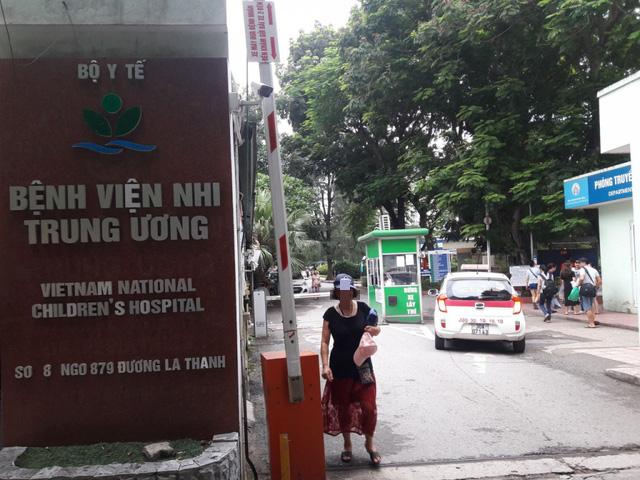 Lại một bé trai 3 tuổi ở Bắc Ninh bị bỏ quên trên xe đưa đón 9 giờ đồng hồ - Ảnh 1.