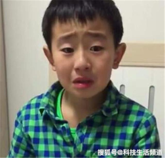 """Cậu bé tiểu học khóc lóc vì mẹ sắp sinh em bé: """"Rồi con sẽ chết để mẹ chỉ lo cho em"""" - Ảnh 1."""