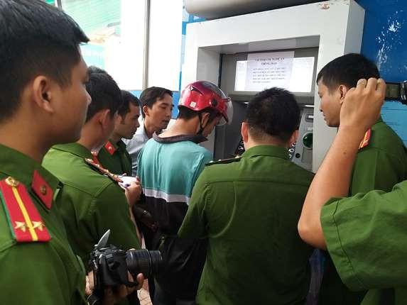 Bắt 3 đối tượng người Trung Quốc làm giả thẻ ATM chiếm đoạt tiền - Ảnh 2.
