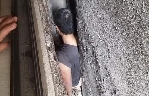 Hà Nội: Giải cứu người đàn ông mắc kẹt trong khoảng không giữa 3 ngôi nhà - Ảnh 1.