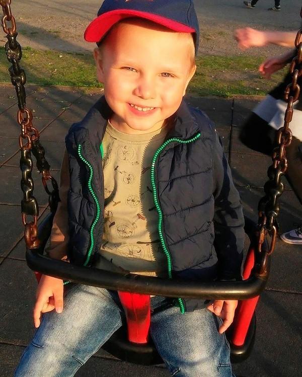 Thương tâm cậu bé 6 tuổi lao vào lò sưởi cứu ông ngoại và cái kết nhói lòng - Ảnh 1.