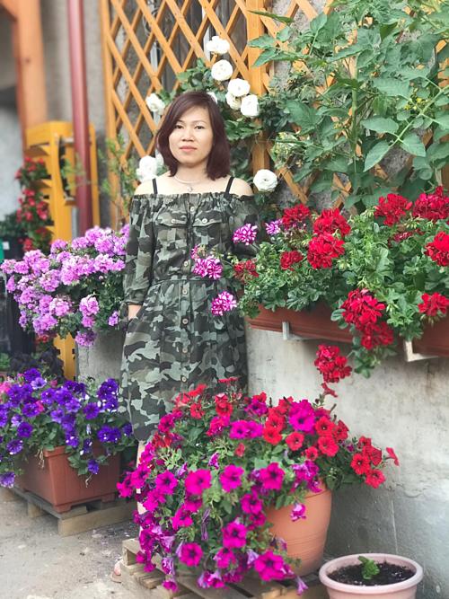 Cặp vợ chồng biến sân bê tông thành vườn hoa - Ảnh 1.