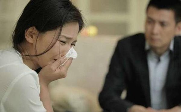 Nghĩ chồng ngoại tình khiến mình mắc ung thư, nữ bệnh nhân cúi mặt khi nghe bác sĩ giải thích  - Ảnh 2.