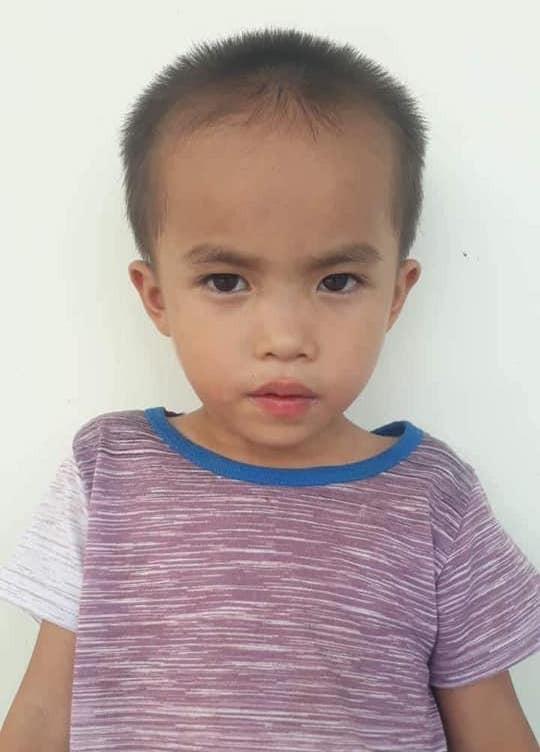 Hàng trăm người tìm kiếm cháu bé 6 tuổi mất tích sau sự xuất hiện của người phụ nữ lạ - Ảnh 1.