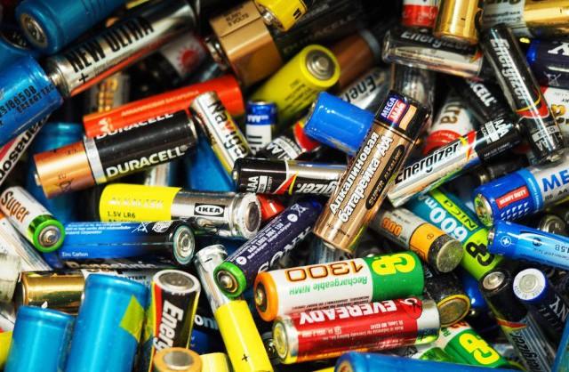 Vứt pin đã sử dụng vào thùng rác - thói quen gây hại nhiều người mắc phải - Ảnh 1.