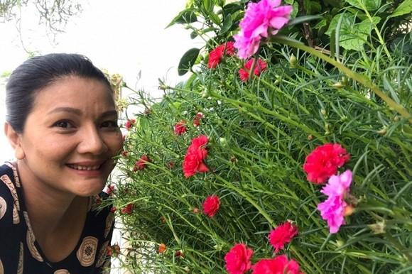 Nữ hoàng cảnh nóng Việt Nam để mặt mộc lộ rõ dấu hiệu tuổi tác đi chăm vườn cây 5000 m2 đầy hoa thơm - Ảnh 11.