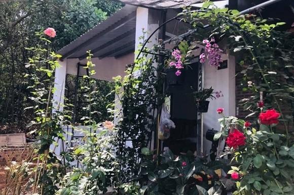 Nữ hoàng cảnh nóng Việt Nam để mặt mộc lộ rõ dấu hiệu tuổi tác đi chăm vườn cây 5000 m2 đầy hoa thơm - Ảnh 12.