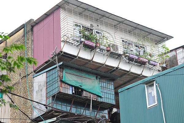 Bất an với những siêu chuồng cọp lơ lửng trên các chung cư cũ ở Thủ đô - Ảnh 5.
