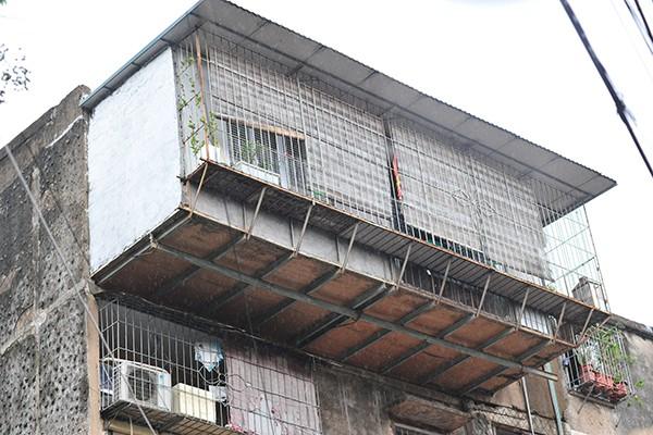 Bất an với những siêu chuồng cọp lơ lửng trên các chung cư cũ ở Thủ đô - Ảnh 9.