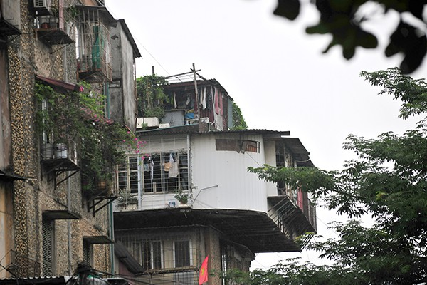 Bất an với những siêu chuồng cọp lơ lửng trên các chung cư cũ ở Thủ đô - Ảnh 4.