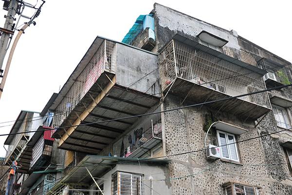 Bất an với những siêu chuồng cọp lơ lửng trên các chung cư cũ ở Thủ đô - Ảnh 3.