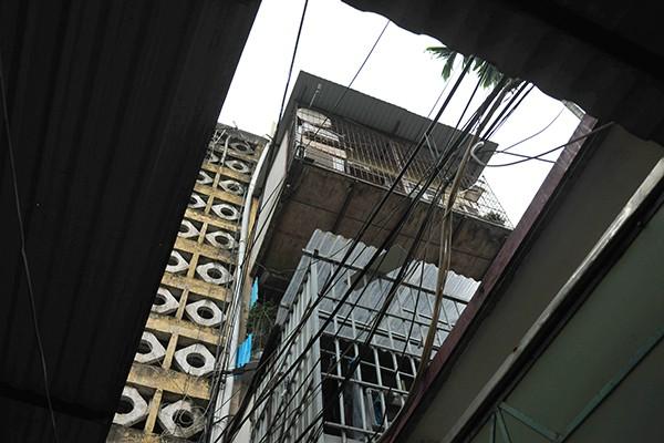 Bất an với những siêu chuồng cọp lơ lửng trên các chung cư cũ ở Thủ đô - Ảnh 10.