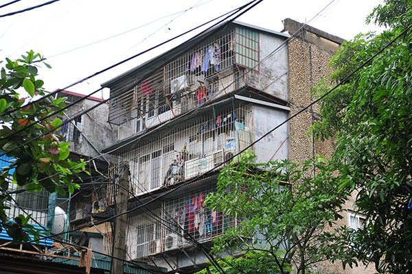 Bất an với những siêu chuồng cọp lơ lửng trên các chung cư cũ ở Thủ đô - Ảnh 6.