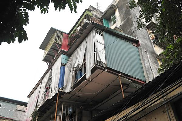 Bất an với những siêu chuồng cọp lơ lửng trên các chung cư cũ ở Thủ đô - Ảnh 7.