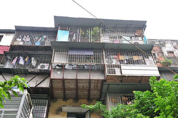 Bất an với những siêu chuồng cọp lơ lửng trên các chung cư cũ ở Thủ đô - Ảnh 1.