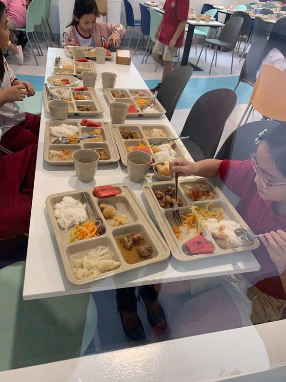 Trường Việt Úc hứa kiểm tra ngay tố cáo cắt xén phần ăn của học sinh - Ảnh 1.