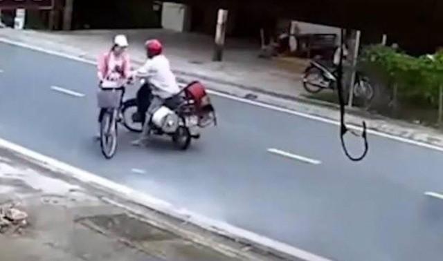Kinh hãi người đàn ông đường đột chặn xe, sàm sỡ nữ sinh giữa ban ngày - Ảnh 1.