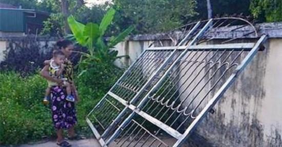 Chơi trước cổng, bé trai 3 tuổi ở Hà Tĩnh bị cánh cổng sắt ngã đè lên người tử vong - Ảnh 1.