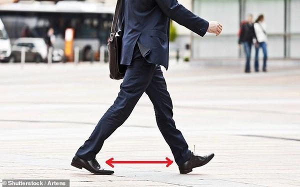 Thấy chồng bước đi kiểu này, các chị cần nhắc anh nhà tập thể dục ngay kẻo mắc rối loạn cương dương - Ảnh 1.