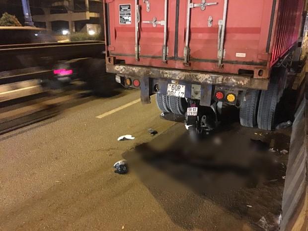 Xe SH dính chặt dưới gầm sau khi tông vào đuôi xe container dừng đậu, nam thanh niên tử vong - Ảnh 2.