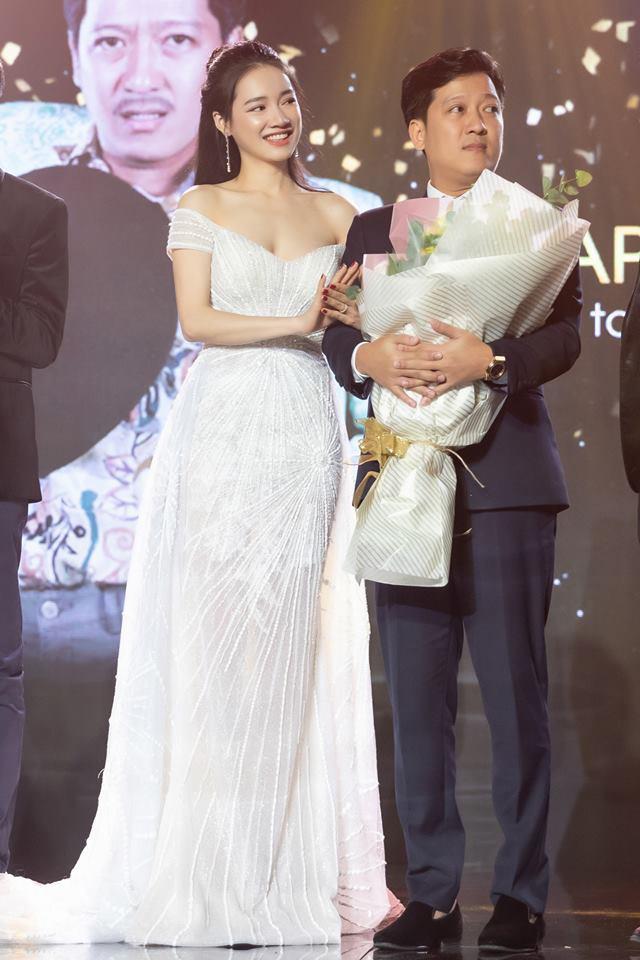 Kỷ niệm 1 năm ngày cưới, Nhã Phương háo hức đập hộp hàng hiệu được Trường Giang tặng nhưng mở ra lại rớt nước mắt - Ảnh 2.