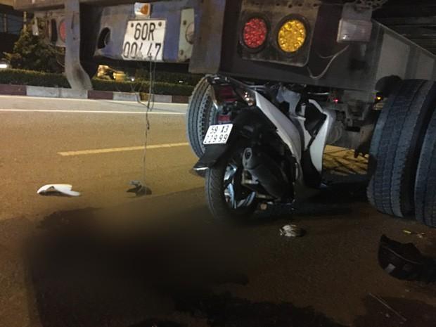 Xe SH dính chặt dưới gầm sau khi tông vào đuôi xe container dừng đậu, nam thanh niên tử vong - Ảnh 3.
