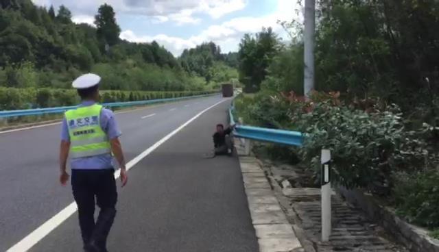Trốn khỏi tổ chức bán hàng đa cấp, nam thanh niên ngất ở đường cao tốc sau khi đi bộ 90km để trở về nhà - Ảnh 1.