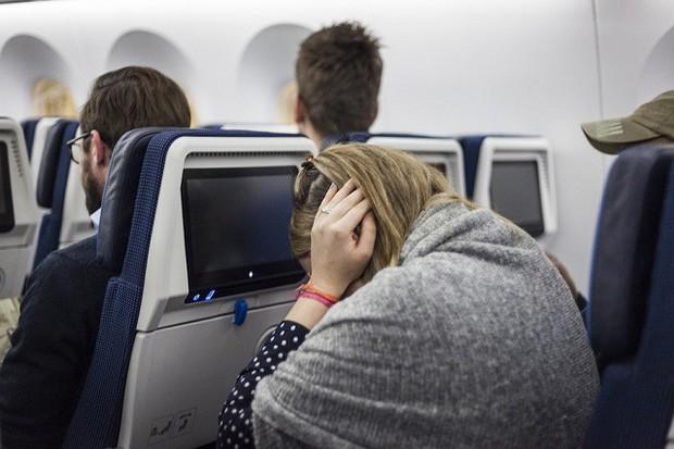 Làm sao để thoát khỏi cảm giác ù tai lúc máy bay cất và hạ cánh? Đây chính là câu trả lời - Ảnh 1.