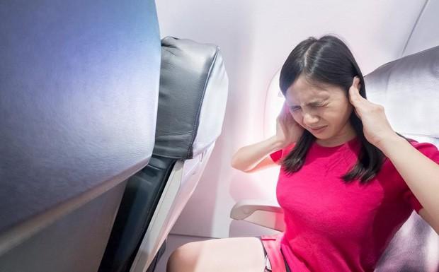 Làm sao để thoát khỏi cảm giác ù tai lúc máy bay cất và hạ cánh? Đây chính là câu trả lời - Ảnh 3.
