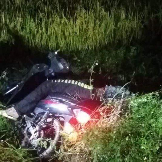 Hòa Bình: Nam thanh niên chết gục cạnh xe máy trước cổng trường mầm non - Ảnh 1.