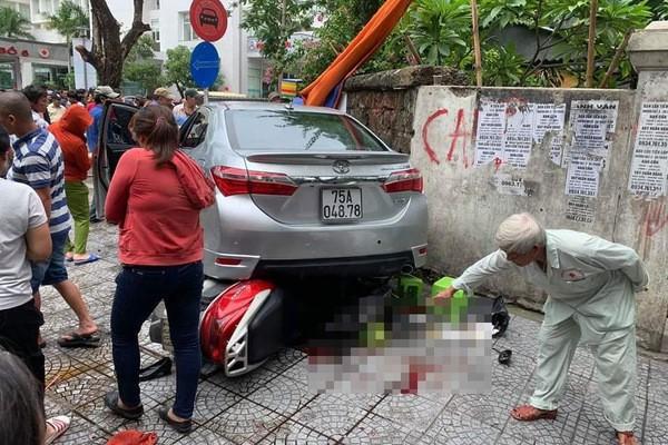 Nữ tài xế ở Huế nhầm chân ga khi lùi xe, tông gục 2 người đi bộ - Ảnh 1.