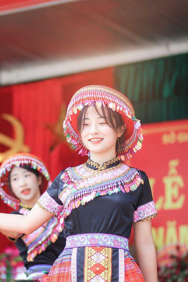 Nữ sinh Thái Nguyên bất ngờ nổi tiếng sau màn biểu diễn trong lễ khai giảng - Ảnh 2.