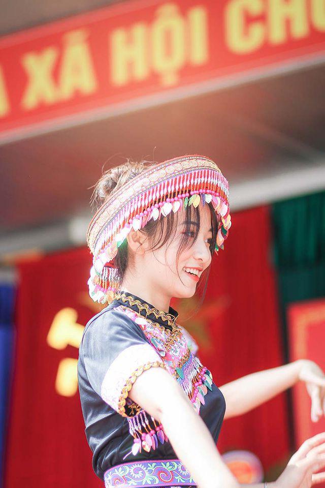 Nữ sinh Thái Nguyên bất ngờ nổi tiếng sau màn biểu diễn trong lễ khai giảng - Ảnh 4.