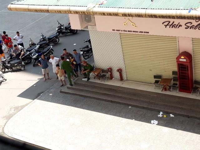 Khám nghiệm hiện trường vụ nổ tại quán trà đá chung cư HH Linh Đàm - Ảnh 1.