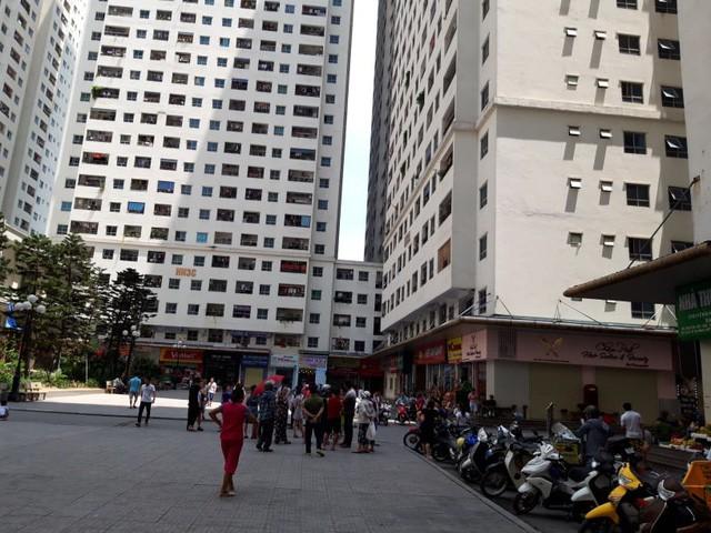 Khám nghiệm hiện trường vụ nổ tại quán trà đá chung cư HH Linh Đàm - Ảnh 2.