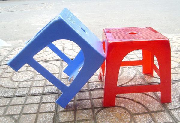 Vì sao trên mặt ghế nhựa thường có 1 lỗ hình tròn? - Ảnh 1.