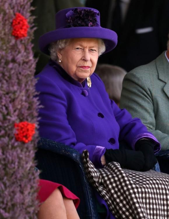 Nữ hoàng tổn thương và thất vọng vì Meghan - Ảnh 1.