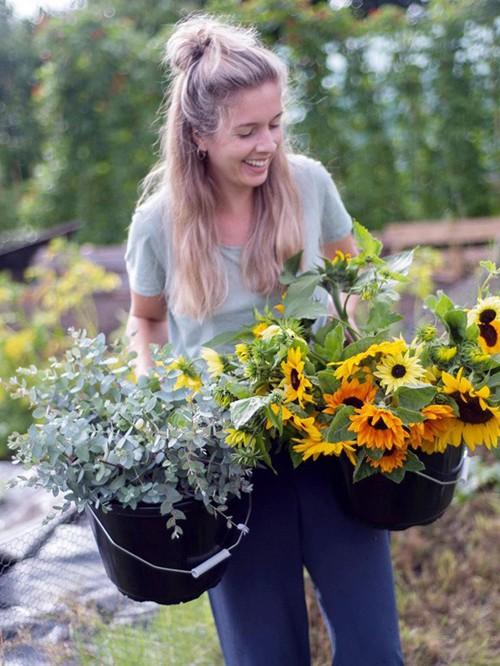 Khu vườn rực rỡ của cặp vợ chồng tự trồng hoa cho đám cưới - Ảnh 2.