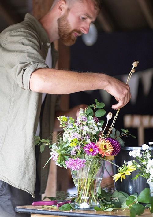 Khu vườn rực rỡ của cặp vợ chồng tự trồng hoa cho đám cưới - Ảnh 4.